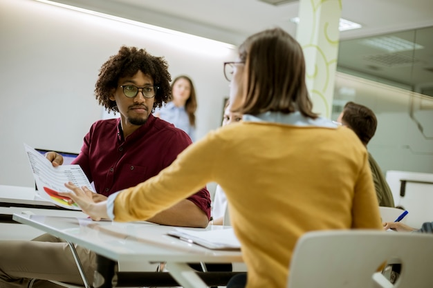 Jóvenes estudiantes sentados en el aula Foto Premium