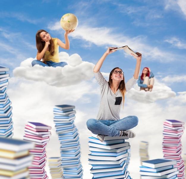 Jóvenes estudiantes soñando y pensando en el cielo Foto gratis