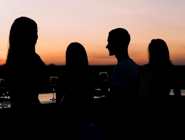 Jóvenes en fiesta en la azotea Foto gratis