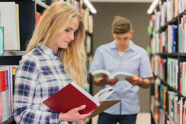 Jóvenes Leyendo En La Biblioteca