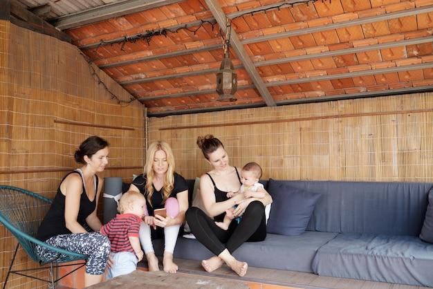 Jóvenes madres en estudio de yoga Foto gratis