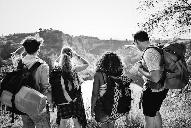 Jóvenes mochileros que viajan en la naturaleza Foto gratis
