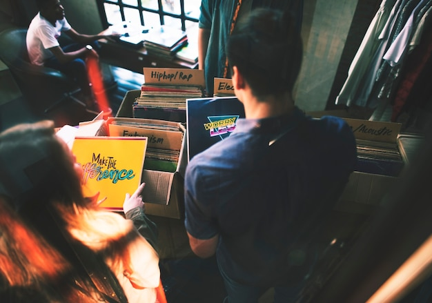 Jóvenes en una tienda de discos. Foto gratis