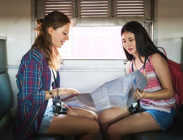 Jóvenes turistas están montando un tren Foto Premium