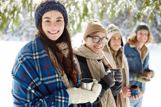 Jóvenes en vacaciones de invierno Foto gratis