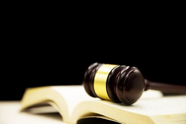 Jueces mazo sobre libro y mesa de madera. antecedentes del concepto de derecho y justicia. Foto gratis