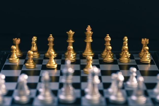 Juego de ajedrez, establece el tablero esperando jugar en piezas de oro y plata Foto Premium