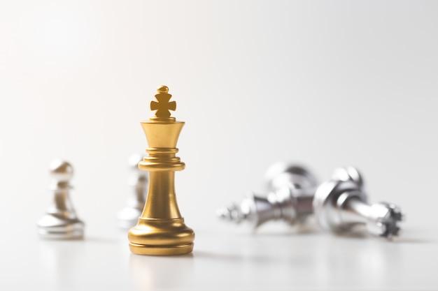 Juego de ajedrez oro rey permanente y fondo plateado, concepto de estrategia empresarial. Foto Premium