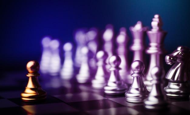 Juego de ajedrez para practicar el planeamiento y la estrategia, el concepto de pensamiento empresarial Foto Premium