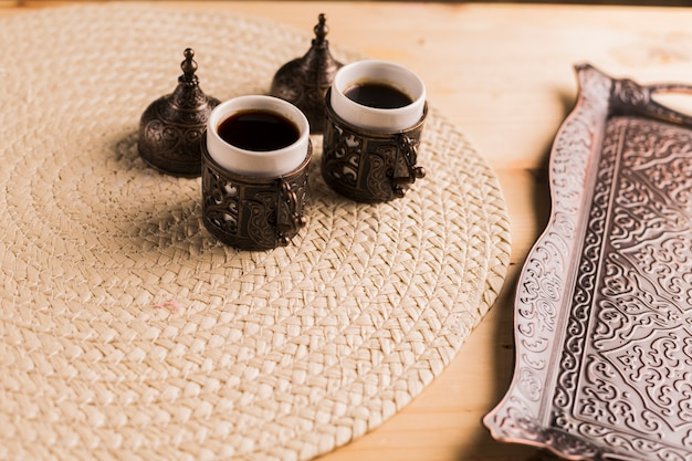 Juego de café de bandeja y dos tazas de café. Foto gratis