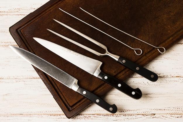 Juego de cuchillos de cocina en mesa de madera. Foto Premium