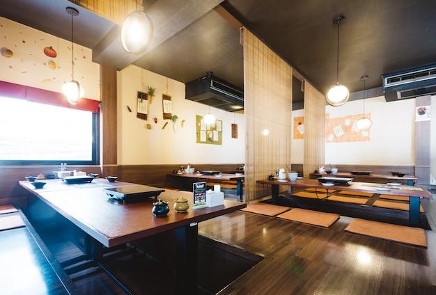 El juego de mesa de comedor shabu incluye una mesa de madera ...