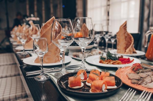 Juego de mesa para una fiesta de evento o recepción de boda Foto Premium