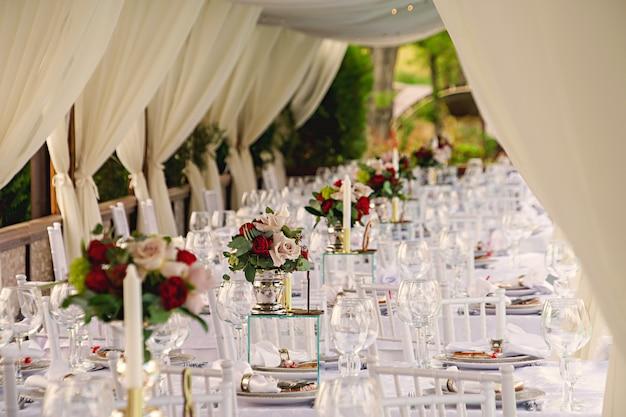 Juego de mesa para una fiesta de eventos o recepción de boda. Foto Premium