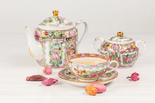 Juego de té y porcelana sobre la mesa Foto gratis