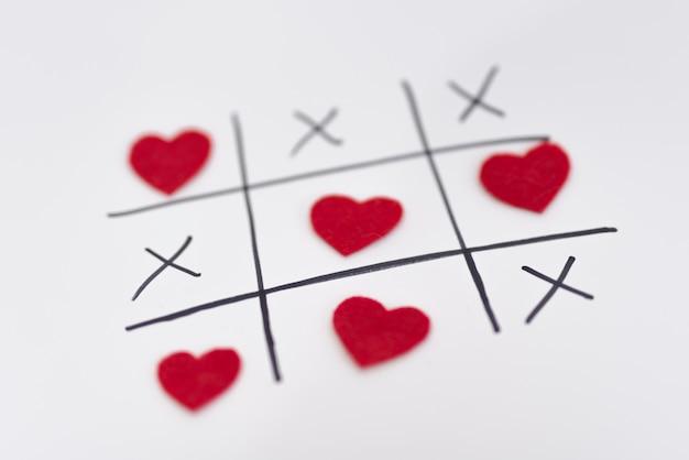 Juego de tic tac toe con corazones y cruces. Foto gratis
