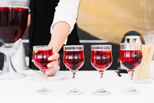Juego de vasos con alcohol en una mesa Foto gratis