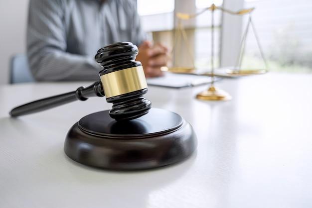 Juez martillo con abogado de justicia Foto Premium