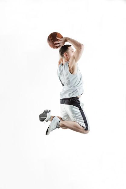 Jugador de baloncesto saltando con la pelota sobre fondo blanco Foto Premium