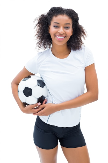 11698a82d17e7 Jugador de fútbol bonito en blanco sosteniendo la bola sonriendo a la ...