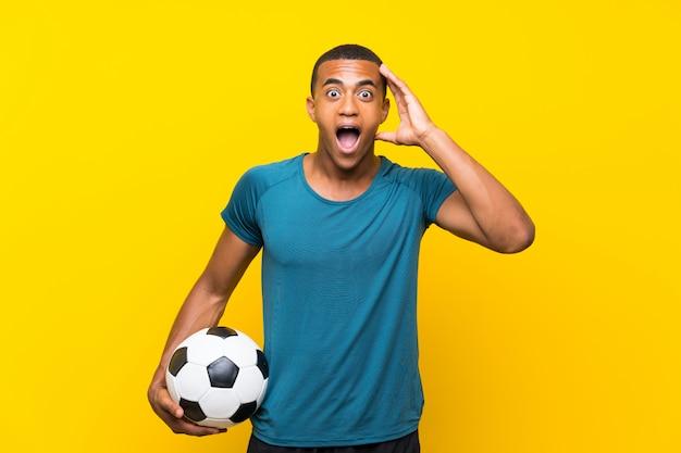Jugador de fútbol americano africano americano con sorpresa y expresión facial conmocionada Foto Premium