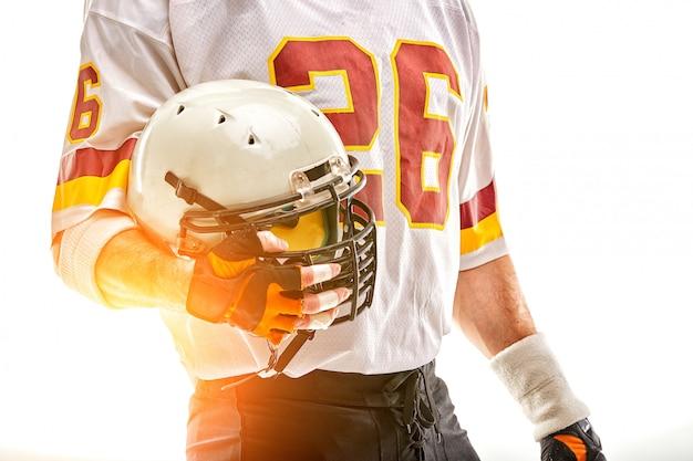 Jugador de fútbol americano con casco en mano Foto Premium