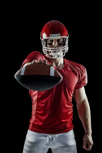 6767badf7d Jugador de fútbol americano que muestra la bola