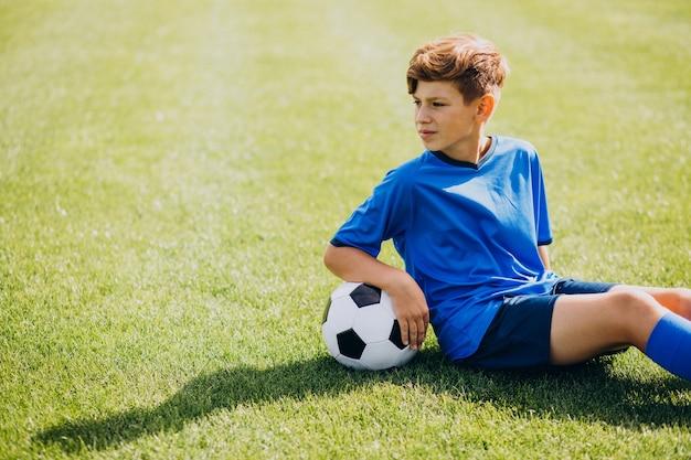 Jugador de fútbol jugando en el campo Foto gratis