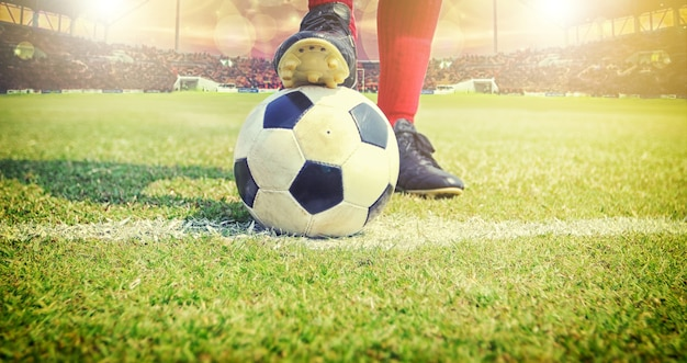 Jugador de fútbol o fútbol de pie con la bola en el campo para patear el  balón de fútbol  1deec54c98418