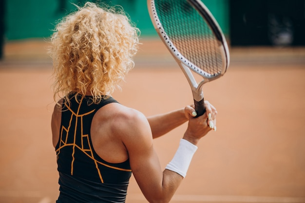 Jugadora de tenis en la cancha de tenis Foto gratis