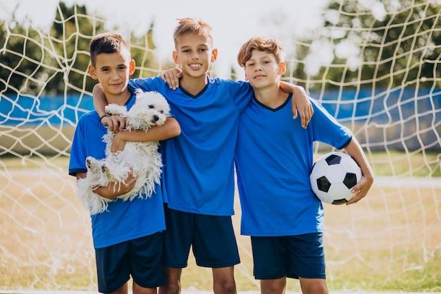 Jugadores del equipo de fútbol en el campo. Foto gratis