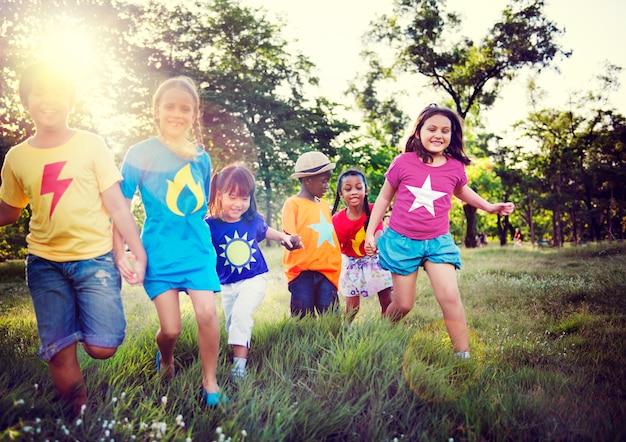 Jugando parque juntos niños niños juntos Foto gratis