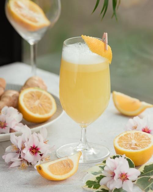 Jugo de limón recién exprimido Foto gratis