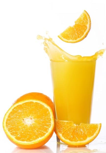 Jugo de naranja fresco y frío Foto gratis