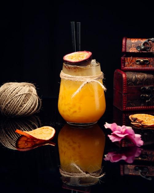 Jugo de naranja sobre la mesa Foto gratis