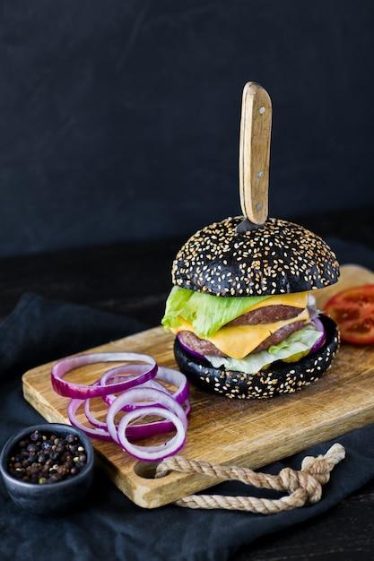 Jugosa hamburguesa doble con queso. Foto Premium
