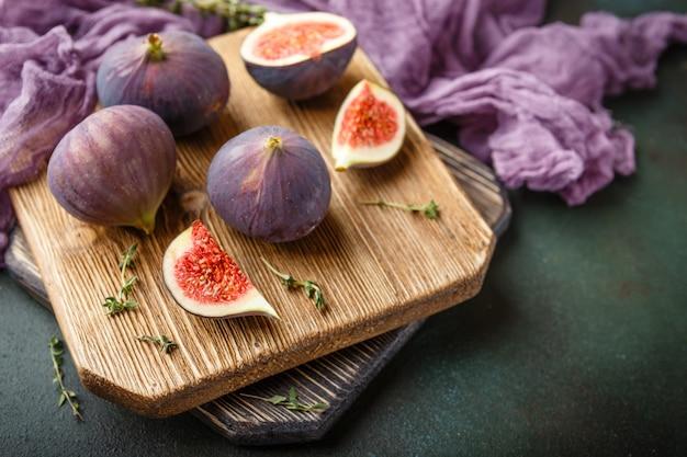 Jugosas frutas de higo sobre un fondo oscuro Foto Premium