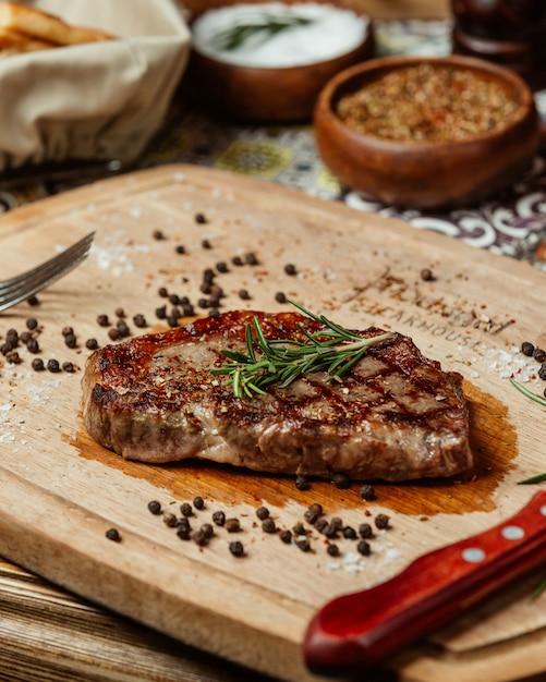 Jugoso bistec con romero y pimienta negra Foto gratis