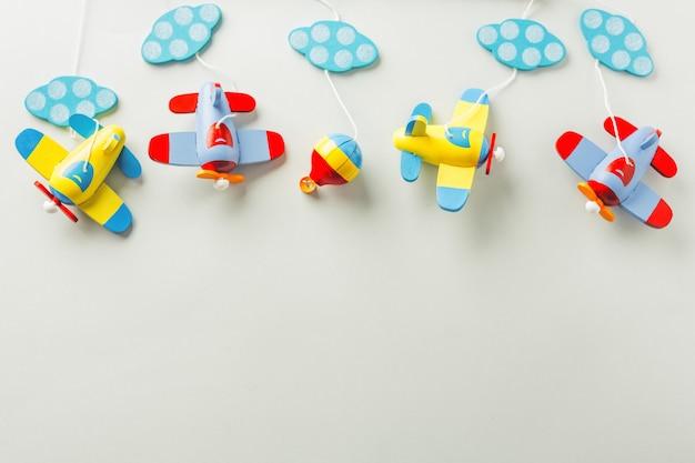 Juguetes para bebés plano de madera plano lay Foto gratis