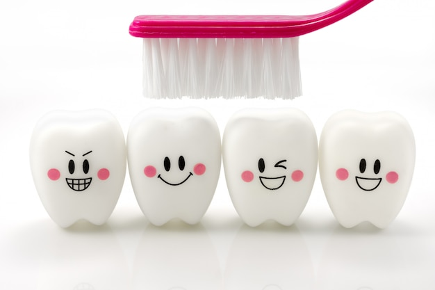 Juguetes dientes en un estado de ánimo sonriente aislado en blanco con trazado de recorte Foto Premium