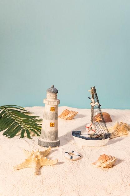 Juguetes marinos en playa de arena Foto gratis