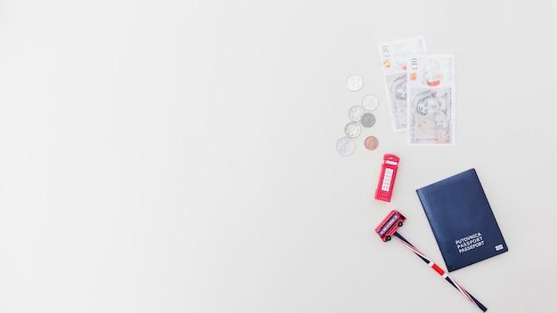 Juguetes de plástico con pasaporte y monedas Foto gratis