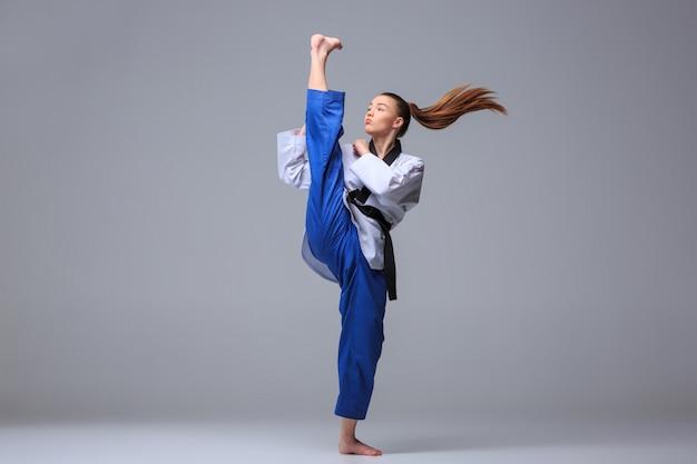 Karate girl con cinturón negro Foto gratis