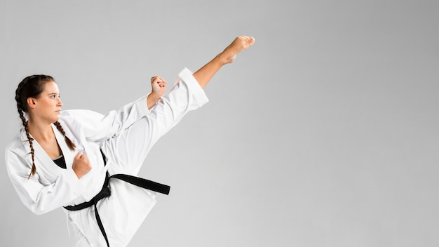 Karate mujer en acción aislado en fondo blanco. Foto gratis