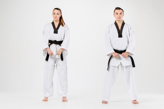 El karate niña y niño con cinturones negros Foto gratis