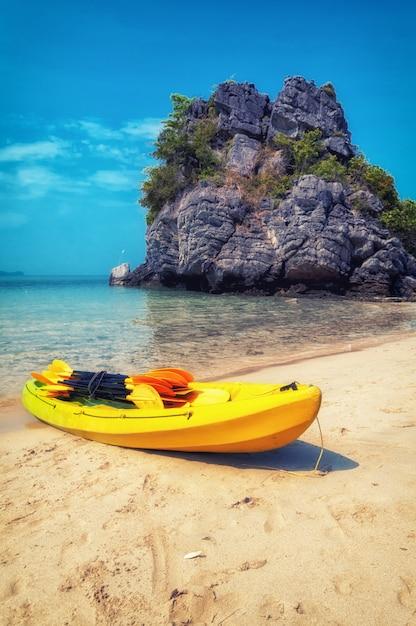 Kayak en el parque marino nacional de ang thong, tailandia Foto Premium