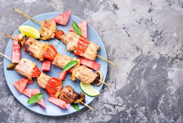 Kebab, carne a la brasa con sandía. Foto Premium