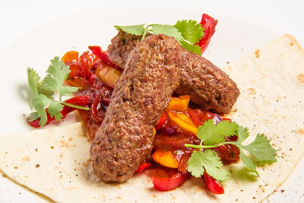 Kebab y verduras en salsa Foto gratis