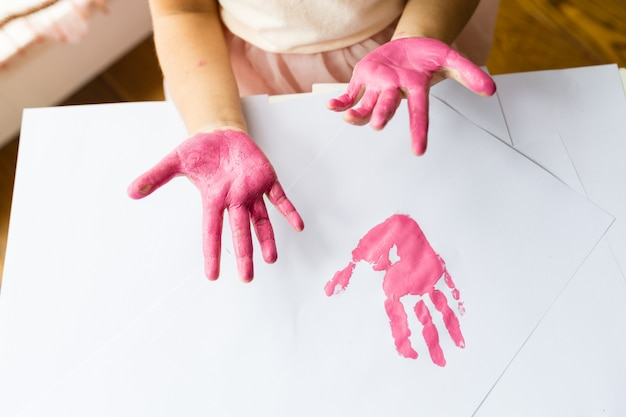 Kid manos y handprint color rosa Foto Premium