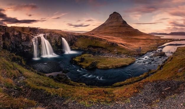 Kirkjufell montaña junto a grundarfjörður en el oeste de islandia. Foto Premium